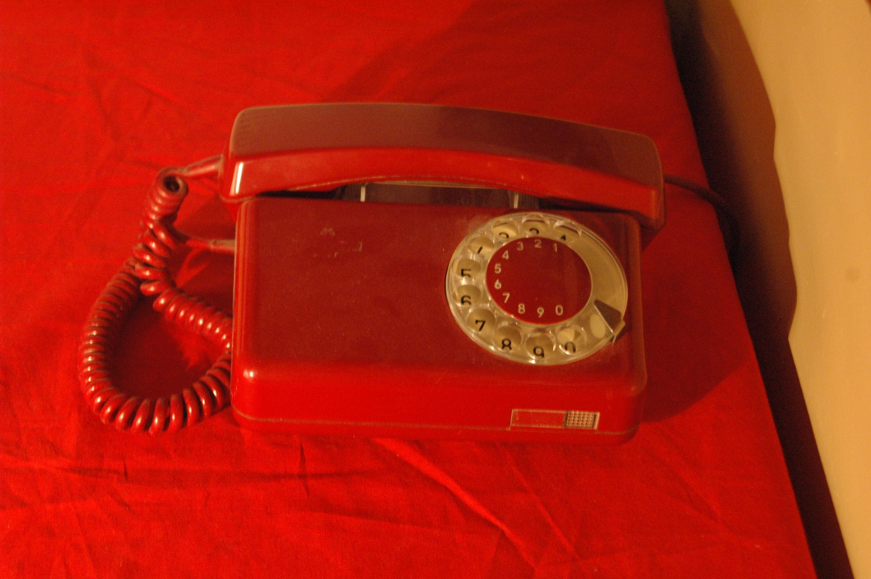 """Oryginalny telefon z tamtych czasów. Dzwoniąc gdzieś w stanie wojennym (kiedy już na to pozwolono, bo początkowo zablokowano całą cywilna łączność), trzeba było wysłuchać ciepłego (?) damskiego głosu recytującego: """"ROZMOWA KONTROLOWANA. ROZMOWA KONTROLOWANA. ROZMOWA KONTROLOWANA."""