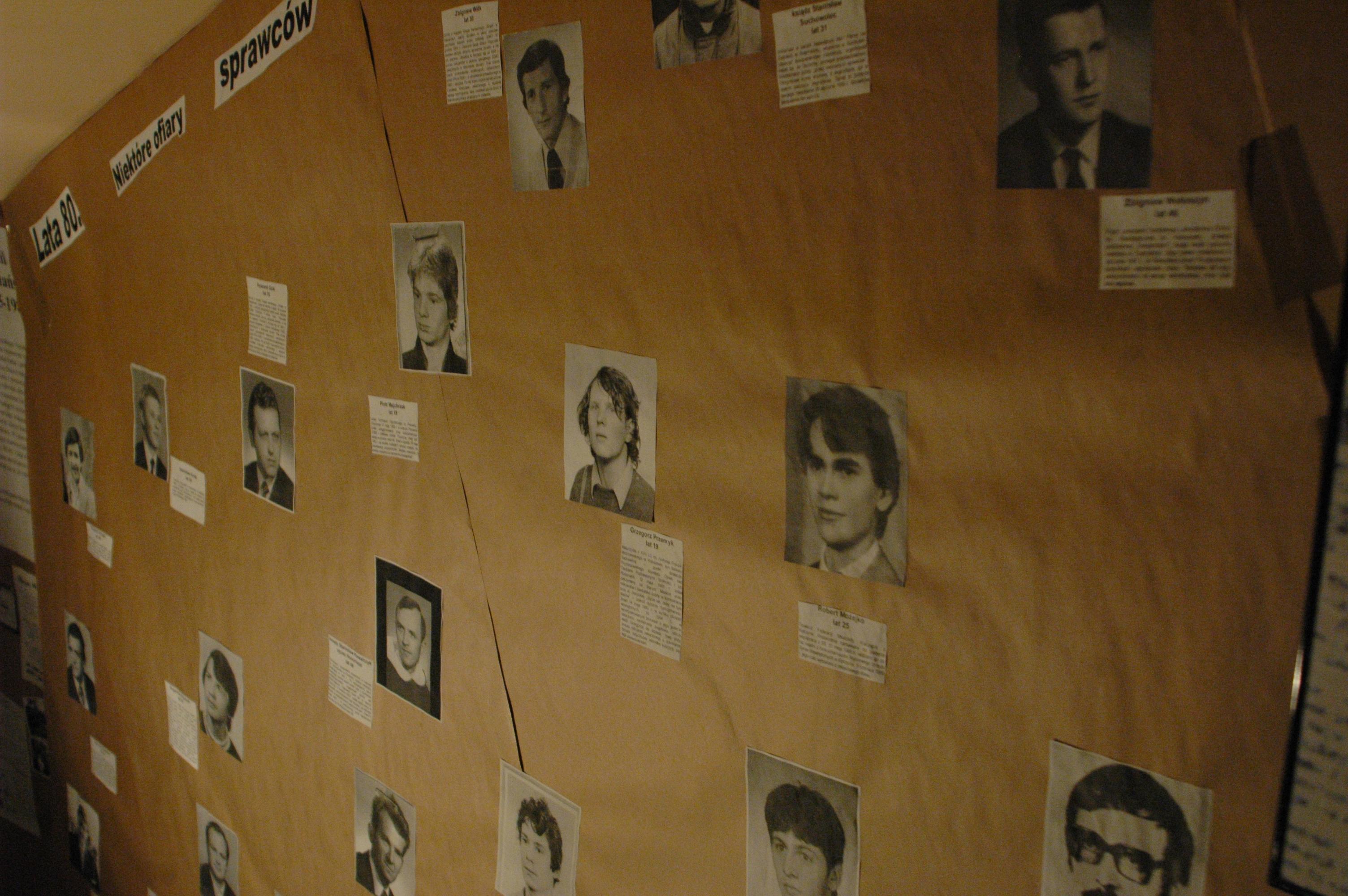 """Niektóre osoby, które straciły życie w latach 80. z rąk """"sprawców znanych i nieznanych""""."""