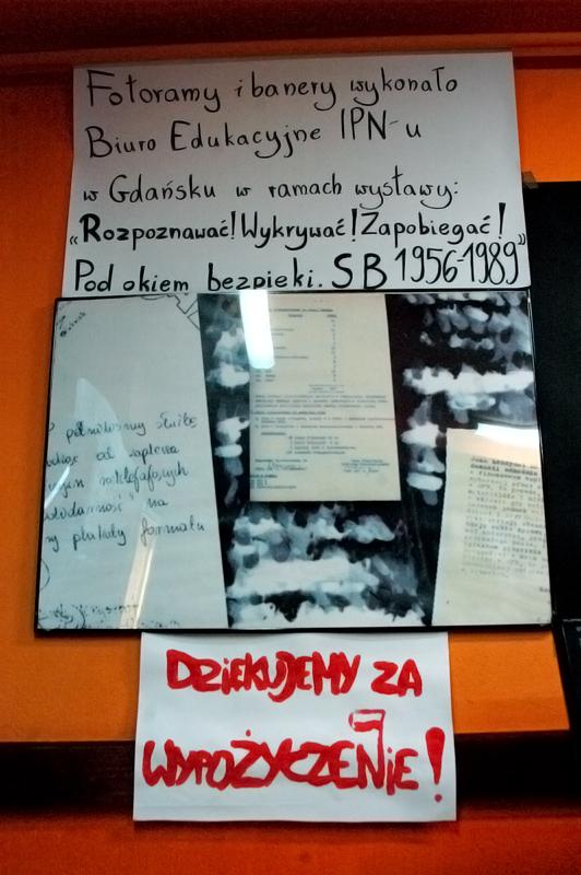 """Ważnym elementem wystawy jest sławna gdańska ekspozycja """"Rozpoznawać! Wykrywać! Zapobiegać! Pod okiem bezpieki. SB 1956-1989"""". Składają się na nią wielkoformatowe banery (będące powiększonymi zdjęciami wykonanymi przez funkcjonariuszy SB), fotografie tajnych wewnętrznych dokumentów resortu oraz film opowiadający o różnorodnych metodach inwigilacji."""