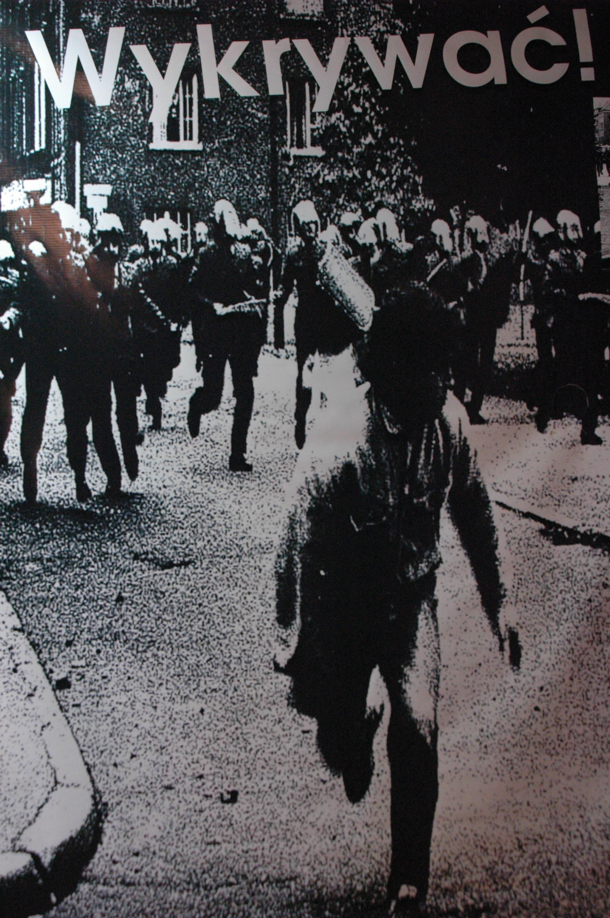 Pościg zomowców za demonstrantem.