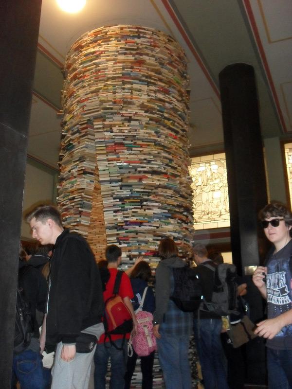 ... młodzież rozważała (czysto teoretycznie), czy gdyby sprytnie wyjąć jedną tylko pozycję z pomnika książek, to całość by runęła...