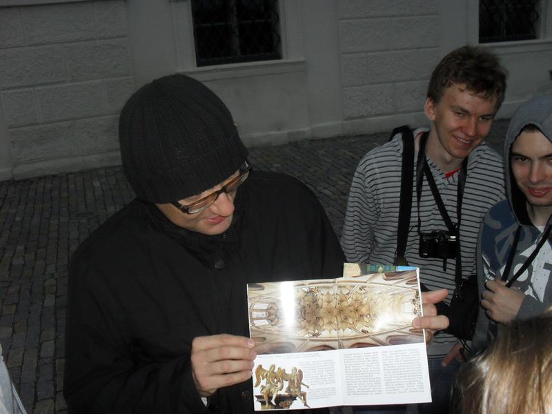 Pan Rafał - specjalnie dla koneserów architektury - pokazuje sklepienie, którego nie udało się obejrzeć w naturze.